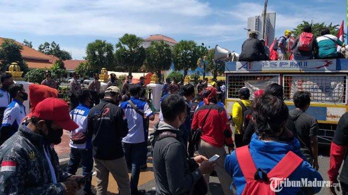 BREAKING NEWS - Ratusan Buruh Gelar Unjuk Rasa di Grahadi, Tolak RUU Omnibus Law Cipta Kerja