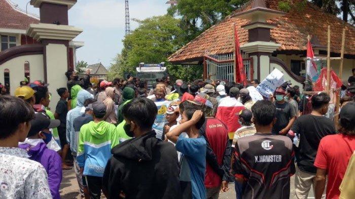Tolak Pemberlakuan Pajak, Ratusan Nelayan di Pamekasan Bawa Istri Gelar Unjuk Rasa di Kantor DPRD