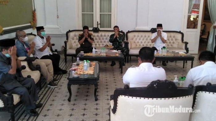 Sebelum Disuntik Vaksin Covid-19, Forkopimda Kabupaten Bangkalan Khusyuk Berdoa Bersama