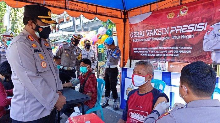 Kapolres Pamekasan Pantau Vaksin Mobile Presisi di Depan Pasar Sore, Bantu Warga yang Belum Vaksin
