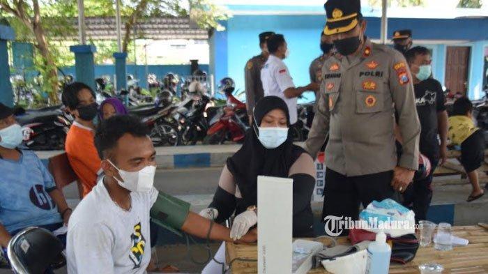 Gencarkan Vaksinasi Covid-19 di Pamekasan, TNI-Polri Hentikan Pengendara yang Tak Punya Kartu Vaksin
