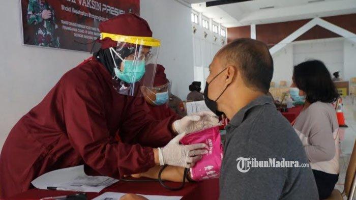 Peserta vaksinasi Covid-19 menjalani skrining kesehatan sebelum mengikuti vaksinasi di Gedung Graha Patria Kota Blitar, Sabtu (17/7/2021).