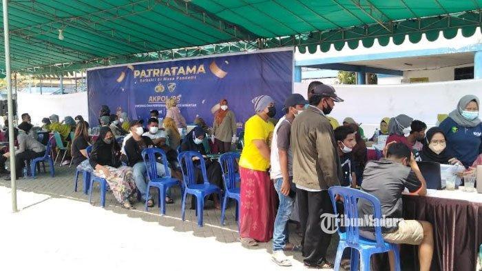 Antusiasme Warga Tinggi, Vaksinasi di Pelabuhan Kamal Bangkalan Dibatasi Karena Banyaknya Pengunjung