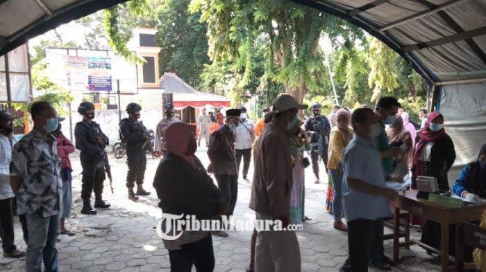 Vaksinasi Terpadu di Pos Penyekatan SMK 2 Pamekasan Berlangsung Tertib, Polisi Imbau Patuh Prokes