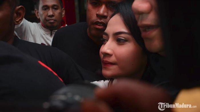 Ayah Vanessa Angel Tidak Tampak saat Vanessa ResmiBebas dariRutan Klas I Surabaya