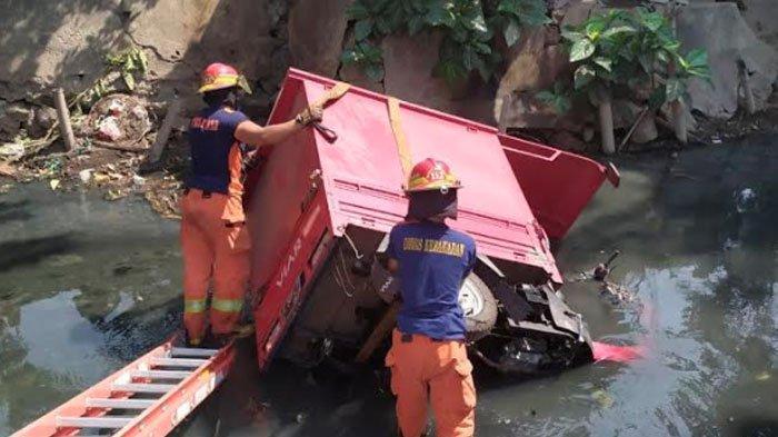 Motor Viar Tercebur ke Parit Sedalam 2 Meter diJalan Kedung Tarukan Surabaya, Tak Ada Korban Jiwa