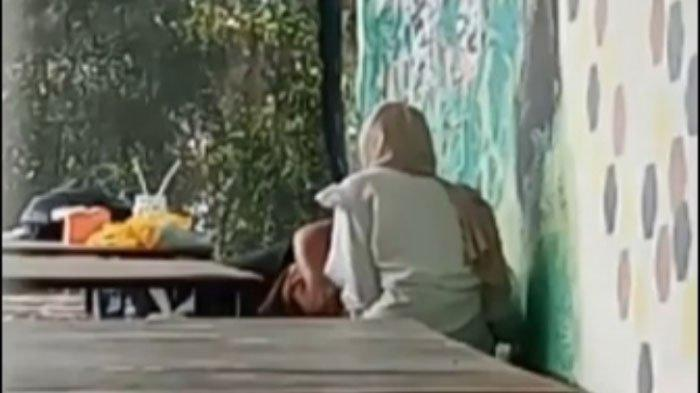 Remaja Tuban Rebahan Manja ke Teman Wanitanya di Kafe, Tak Sadar Aksi Mesumnya Terekam Kamera