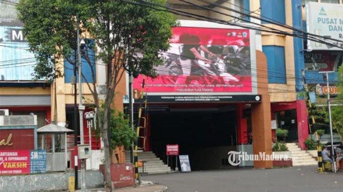 Videotron Ramayana yang menayangkan video para pelanggar lalu lintas di Kota Malang, Senin (30/8/2021).