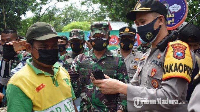 Polres dan Kodim Pamekasan Bagikan Masker dan Penyemprotan Disinfektan di Sejumlah Pusat Keramaian