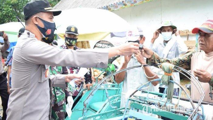 Polres Pamekasan dan Pemkab Bagikan Ribuan Masker di Pusat Keramaian, Ajak Masyarakat Cegah Covid-19
