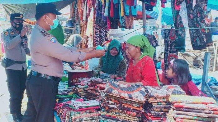 Antisipasi Penularan Covid-19 Klaster Pedagang, Wakapolsek Palengaan Pamekasan Sidak Masker di Pasar
