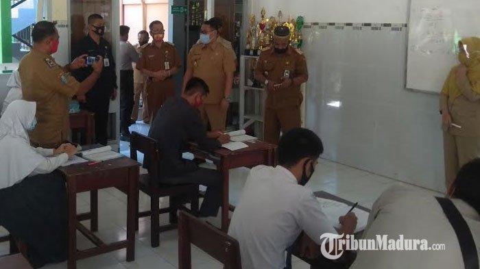 Uji Coba Sekolah Tatap Muka, Wakil Bupati Bondowoso Irwan Bachtiar Rahmat Tinjau 4 Sekolah