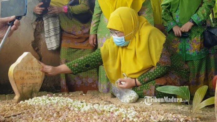 Ziarah ke Makam Almarhum Suami, Wakil Bupati Sumenep Terpilih Kenang Momen Manis, Air Matanya Tumpah