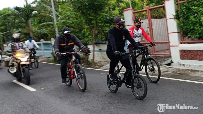 Wali Kota Madiun Keliling Bagikan Sembako Pakai Sepeda, Pastikan Semua Warga Kurang Mampu Kebagian