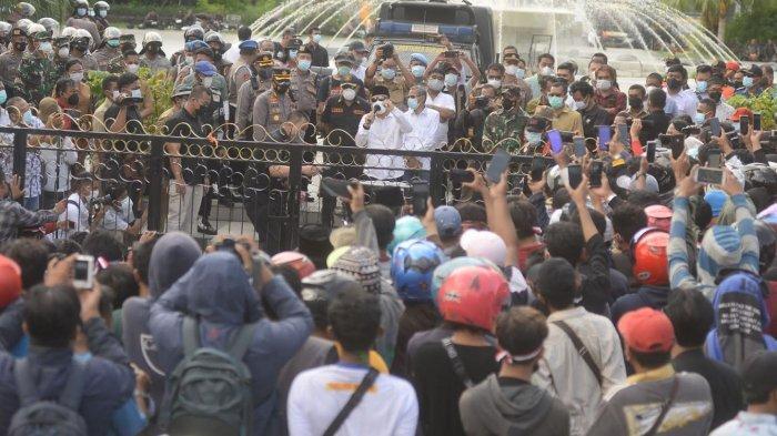 Usai Berembuk 30 Menit, Wali Kota Surabaya Eri Cahyadi Tutup Aksi Warga Madura dengan Sholawatan