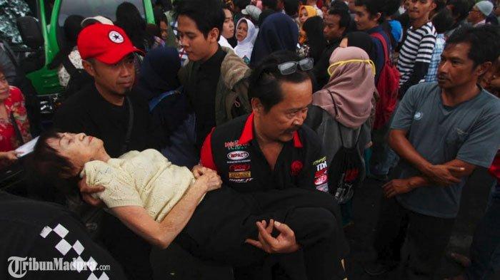 Pencetakan KTP-el On The Spot di Kota Malang Diserbu Warga, Seorang Wanita Pingsan usai Berdesakan