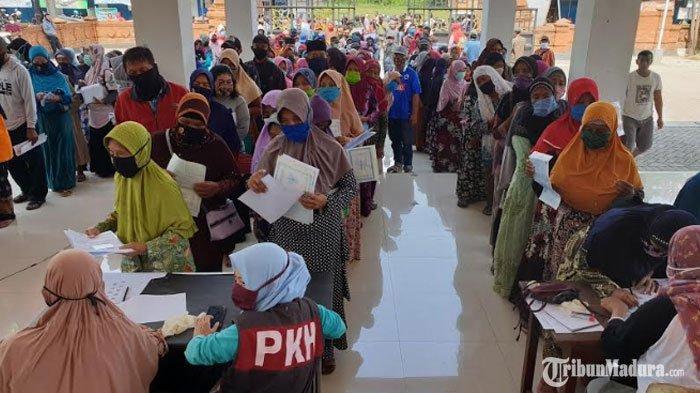 Kerumunan Warga Terjadi saat Pencairan BST di Mojokerto, Abaikan Physical Distancing di Zona Merah