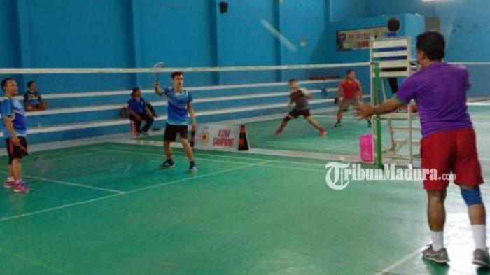 warga-bermain-badminton-di-lapangan-indoor-taman-wijaya-kusuma.jpg