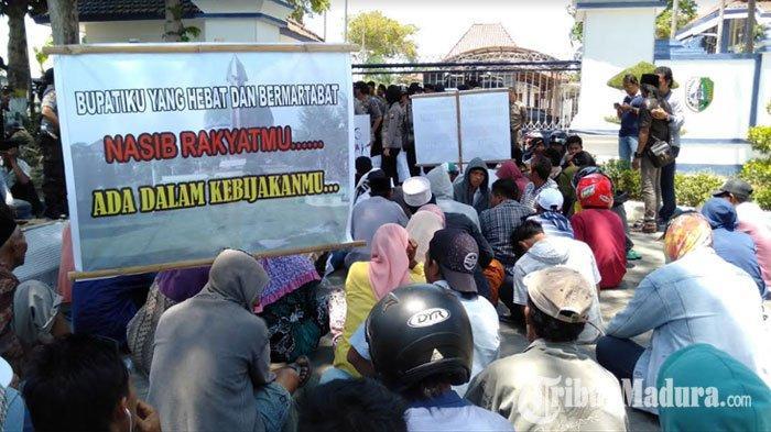 Ratusan Warga Desa Banjar TalelaKepung Kantor Pemkab Sampang, Bawa Poster hingga Keranda Mayat
