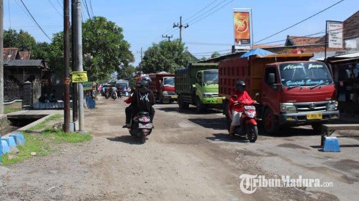 Keluhkan Jalan Jadi Debu, Warga Desa Buncitan Sidoarjo Hadang Puluhan Truk Muat Urukan yang Melintas