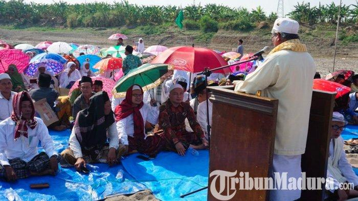 Air Bengawan Solo Mengering, Warga & Tokoh NU Serta Ketua DPRD Gelar Salat Istisqa di Tengah Sungai