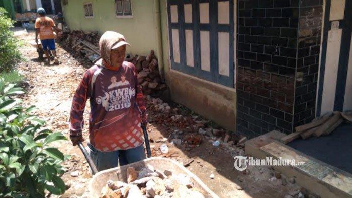 Korban Gempa Malang Perbaiki Rumah Sendiri, Andalkan Keterampilan Akibat Bantuan Tak Kunjung Datang