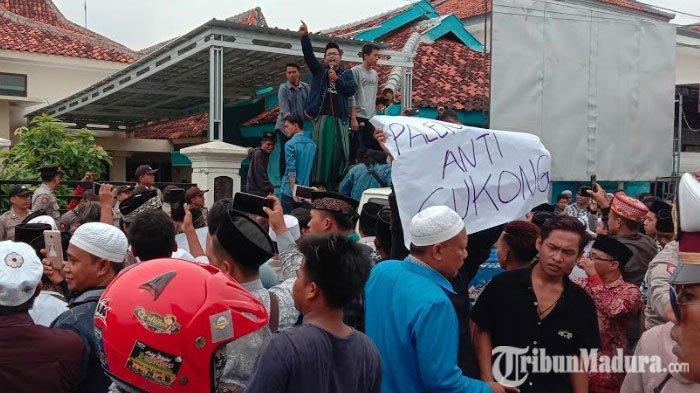 Ribuan Warga DesaPalengaan Laok Pamekasan Ancam Gusur SPBU Jika Pembangunannya Tidak Dihentikan