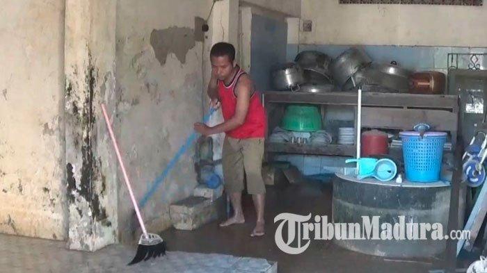 Banjir Akibat Luapan Bengawan Solo Mulai Surut, Warga Mulai Bersih-Bersih Lumpur Endapan Banjir