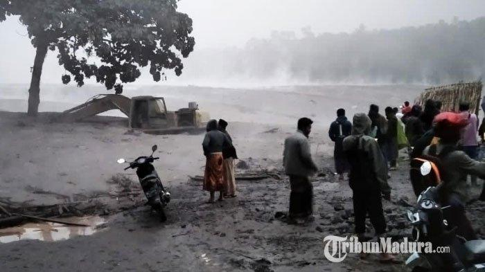 Banjir Lahar Panas Gunung Semeru, Truk dan Alat Berat Penambang Pasir di Besuk Kobokan Terjebak