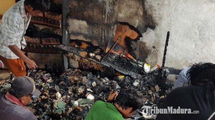 Warga Temukan Lelehan Emas 50 Gram di Puing Toko Sembako Desa Essang Kabupaten Sumenep yang Terbakar