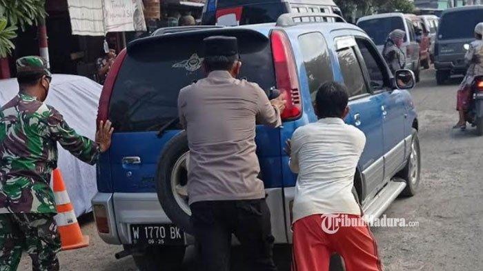 Aksi Polisi di Kabupaten Bangkalan Bantu Warga Dorong Mobil yang Mogok saat Bagikan Masker Gratis
