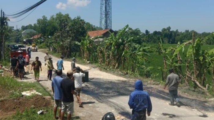 Lama Tak Diperbaiki Pemerintah, Warga Socah Bangkalan Perbaiki Jalur Desa Bilaporah yang Rusak Parah