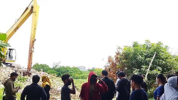 BREAKING NEWS - Sesosok Mayat Ditemukan Tergeletak di Tumpukan Sampah Bawah Jembatan Tol Surabaya
