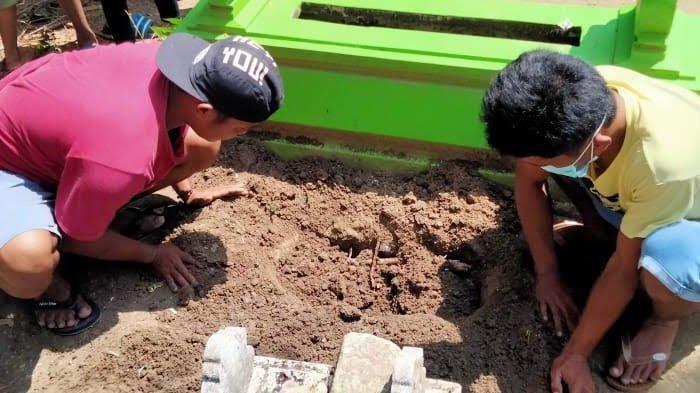 BREAKING NEWS - Geger Penemuan Kuburan Baru di Pamekasan, Saat Dibongkar Ada Bayi Berusia 7 Bulan