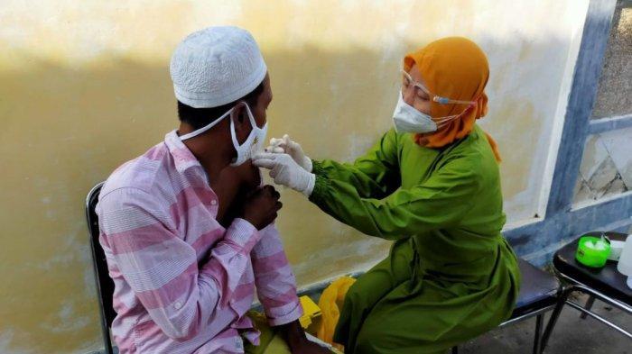 Warga Pulau Mandangin yang mengikuti vaksinasi Covid-19 di Pelabuhan Trunojoyo (Tanglok) Sampang, Madura, Senin (21/6/2021).