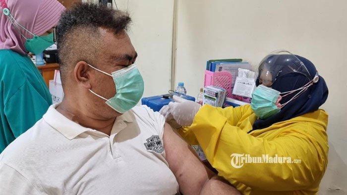 Vaksin Covid-19 Langka, Warga Surabaya Rela Antre Sejak Subuh Demi Dapatkan Vaksinasi Dosis Kedua