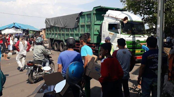 Warga Gresik Blokir Jalan RE Martadinata, Protes Adanya Polusi Debu dari Truk Pengangkut Batu Bara