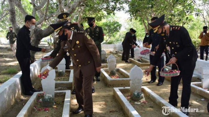 Hari Pahlawan, TNI Polri Forkopimda Pamekasan Ziarah Kubur dan Tabur Bunga di Taman Makam Pahlawan