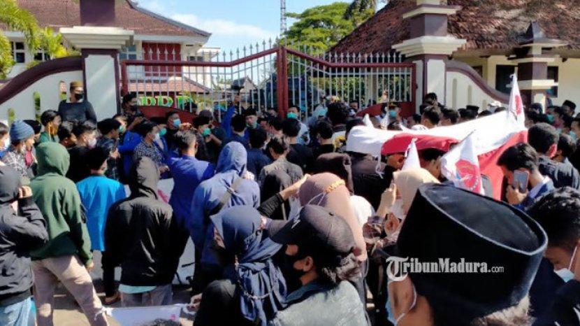 demo-mahasiswa-di-dprd-pamekasan-ppkm.jpg