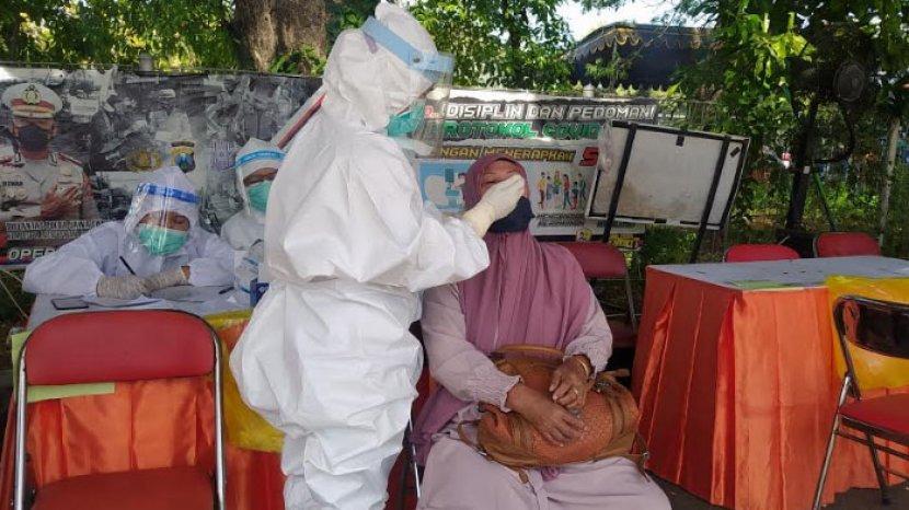 penyekatan-rapid-antigen-di-gerbang-suramadu-kamis-1062021.jpg