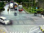 adu-moncong-antara-motor-dengan-mobil-yang-terekam-cctv-bermula-dari-terobos-lampu-merah.jpg