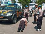 akbp-ary-fadli-saat-menindakoknum-polisi-mengemudikan-mobil-dinas-melawan-arah.jpg