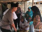 akbp-teguh-wibowo-saat-memberikan-bantuan-kepada-warga-kurang-mampu-di-desa-murtajih.jpg