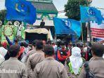 aksi-demo-buruh-di-depan-dprd-jatim-surabaya-di-jalan-indrapura.jpg