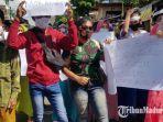 aksi-demonstrasi-masyarakat-ke-kantor-dpmd-sumenep-selasa-962021.jpg