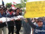aksi-unjuk-rasa-aliansi-mahasiswa-trunojoyo-bergerak-di-depan-dprd-bangkalan.jpg