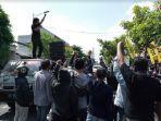 aksi-unjuk-rasa-mahasiswa-di-mapolres-tulungagung.jpg