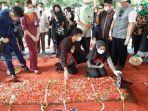 aldha-refa-istri-okky-bisma-pramugara-sriwijaya-air-sj-182-di-pemakaman-tpu-balekambang.jpg