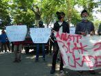 aliansi-mahasiswa-sampang-melakukan-aksi-demonstrasi-di-depan-gedung-dprd-sampang.jpg