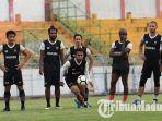 andik-vermansyah-saat-berlatih-bersama-madura-united-di-stadion-gelora-bangkalan.jpg